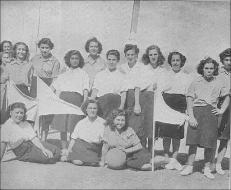 Dos equipos femeninos de baloncesto.