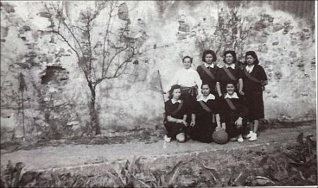 Equip femení de bàsquet, les Corts.
