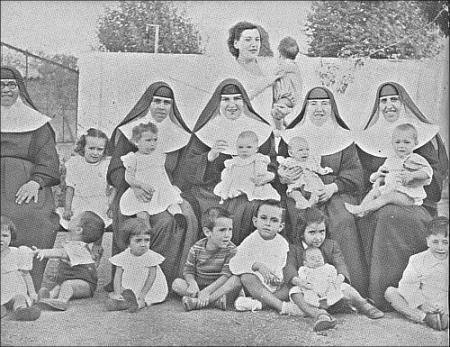 Monjas y reclusas con sus niños.