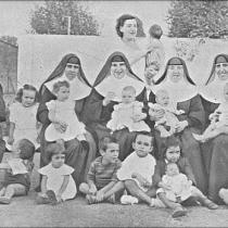 Monges i recluses amb llurs nens.