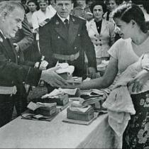 El director de Les Corts reparte obsequios a las reclusas durante el día de la Merced. Memoria del PCNSM de 1954. Foto Postius
