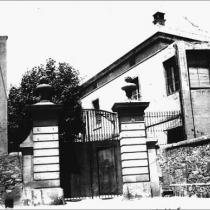 Portalada de l'entrada de la presó de les Corts.