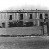 Portalada d'entrada amb la masia de Can Duran al darrere.