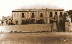 Portalón de entrada con la masia de Can Durán detrás. Archivo Histórico de Les Corts (AHLC).