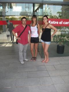 Laia Rubio, Sara Nogales i Fernando Hernández a la porta de l'Arxiu Nacional de Catalunya, a l'estiu de 2012