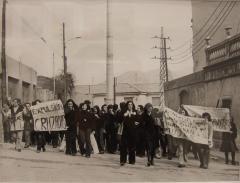 Foto Pilar Aymerich. Manifestació de dones pel barri de la Trinitat, 1976.