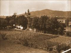 Vista de l'hort amb l'Asil del Bon Consell al fons. Arxiu Històric de Les Corts (AHLC).