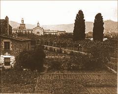 Vista de l'hort amb el Convent del Bon Consell al fons. Arxiu Històric de Les Corts (AHLC).