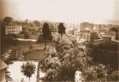 Vista de l'hort, amb el casalot de les Corts al fons. Arxiu Històric de Les Corts (AHLC).