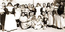 Dones reben la visita dels seus fills
